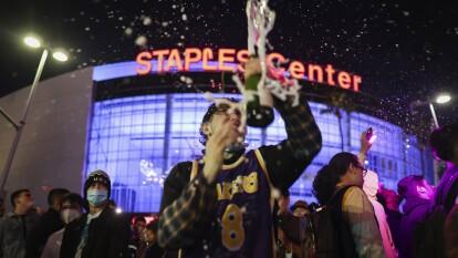 La celebración de los fans de Los Angeles Lakers tras el campeonato