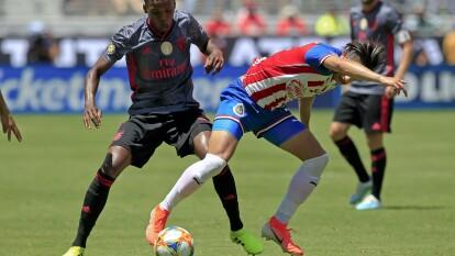 Chivas se midió a Benfica a un día de debutar en el Apertura 2019