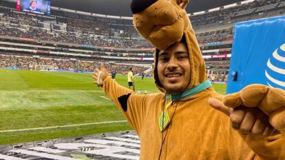 Scooby presente en la cancha del Estadio Azteca para alentar a sus Monarcas Morelia.