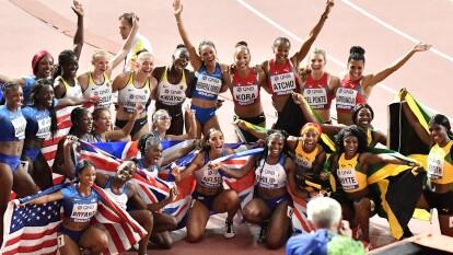 Los atletas comparten la emoción de sus logros en el mundial de atletismo en Doha.