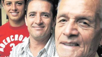 Javier posa junto a Tomás Balcázar y Javier Hernández Gutiérrez, su abuelo y padre, respectivamente.