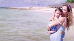 André, hijo de Sherlyn, nada por primera vez en el mar a sus 4 meses de nacido