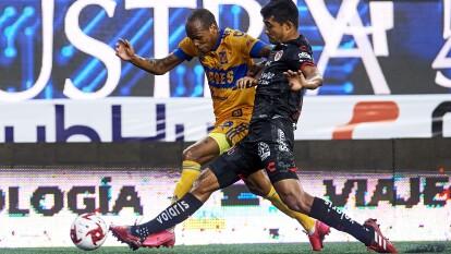Tigres arranca con todo al ataque y Luis Quiñones aprovecha las bandas.