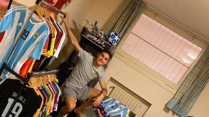 Paulo 'la Joya' Dybala, mostró las camisetas que ha intercambiado en su carrera profesional. Calculó tener unas 350 y mostró algunas de las más emblemáticas de su colección. Aquí hacemos un pequeño recuento.
