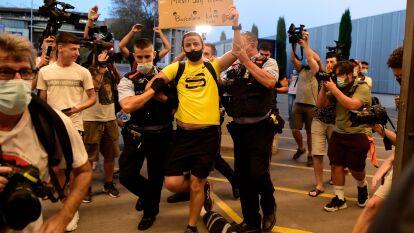 Así protestaron los hinchas blaugranas contra la directiva del club tras la posible salida de Lionel Messi.