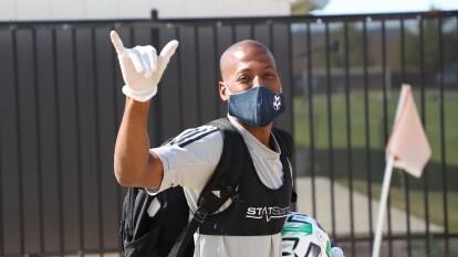 Los jugadores de FC Dallas llegan al entrenamiento.