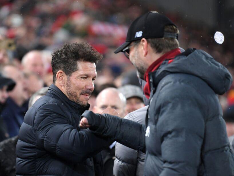Diego Simeone y Jürgen Klopp se saludan con el antebrazo
