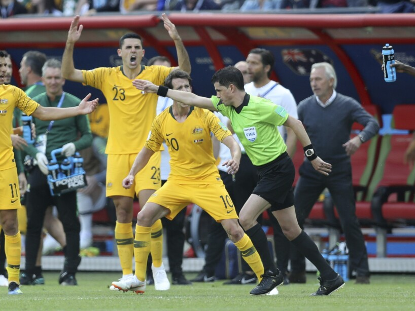 El árbitro uruguayo Andrés Cunha marca penal después de revisar la repetición con el VAR