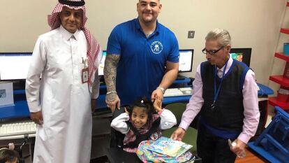 El boxeador mexicano, Andy Ruiz, visitó una asociación de niños con discapacidad con quienes convivió y dio algunos obsequios.