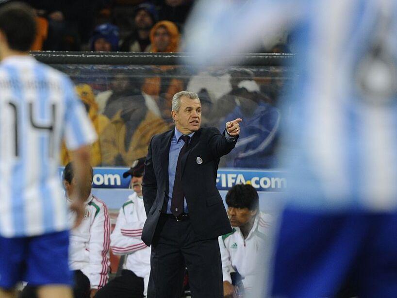 Mexico's coach Javier Aguirre (C) gestur