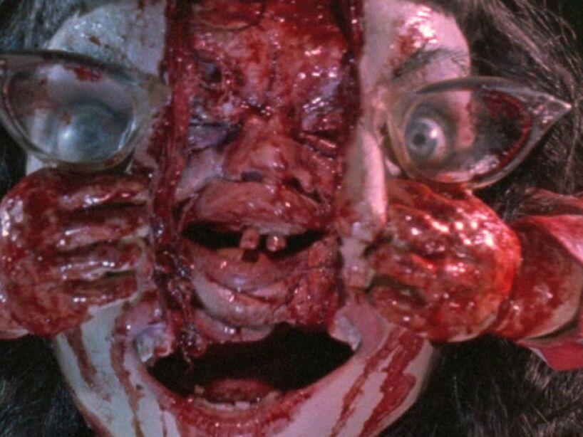 Dead Alive (1992): Esta movie se llamó Tu madre se ha comido a mi perro en España, esta comedia gore fue dirigida por Peter Jackson.