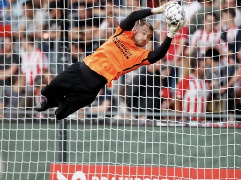 Portero PSV detiene gol.png