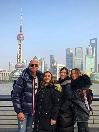 Andrea Legarreta y Erik Rubín cierran el año cumpliendo uno más de sus sueños: conocer China junto a sus dos hermosas hijas, Mía y Nina.