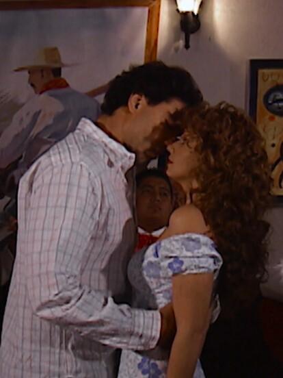 Angélica Rivera y Eduardo Yáñez protagonizaron en 2007 la telenovela 'Destilando amor', llevando a la pantalla de Las Estrellas una romántica historia de amor entre una humilde jimadora y un joven empresario. Revive en imágenes cómo inició la romántica historia de amor entre 'Gaviota' y Rodrigo.