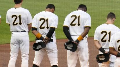 La MLB conmemoró el día de Roberto Clemente   Los peloteros de los Pittsburgh Pirates portaron el mítico '21' del que ganara dos Series Mundiales.