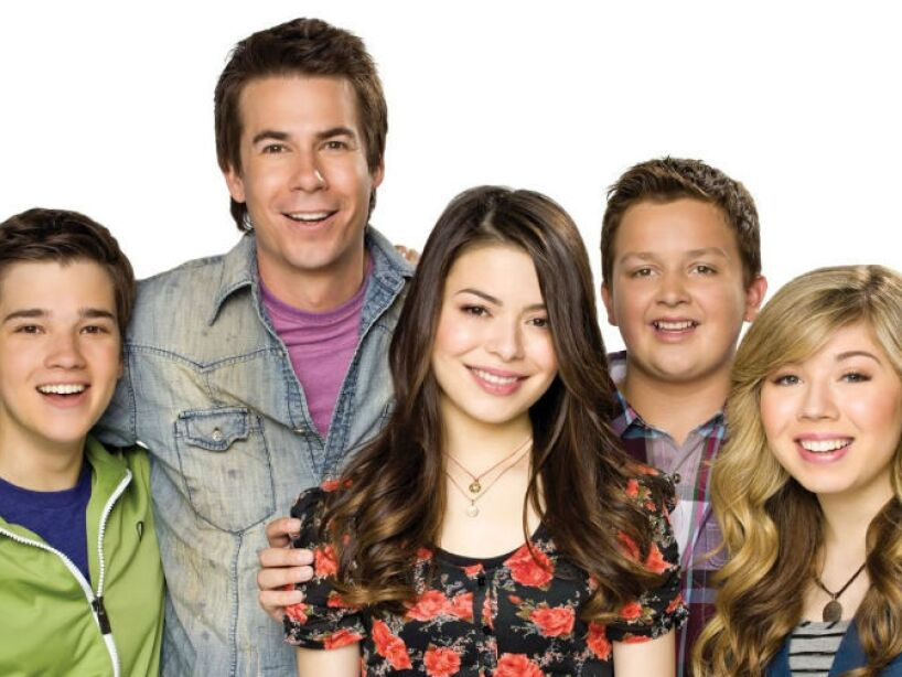 La escuela de Carly, Sam y Freddie se llama Ridgeway, misma correccional contra la que juegan en Zoey 101.
