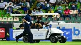 Fernando Navarro se lesiona, abandona el juego y usa hielo en su rodilla derecha