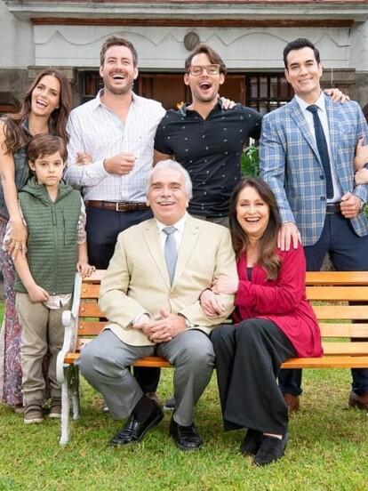 """Rosy Ocampo reveló en redes sociales la primera imagen de los Falcón, que forma parte de su nueva telenovela """"Vencer el Desamor"""". Conoce quiénes integran a esta familia que muy pronto descubrirás en Las Estrellas."""