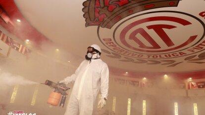 Así se llevan a cabo los protocolos de sanitización en el Estadio Nemesio Diez preparando el regreso del futbol mexicano.