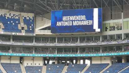 Monterrey presenta a su nuevo Director Técnico, Antonio Mohamed, en su estadio.