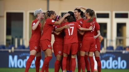 Con goles de Christine Sinclair y Shelina Zardorsky, Canadá le gana a México y asegura el liderato del grupo B.