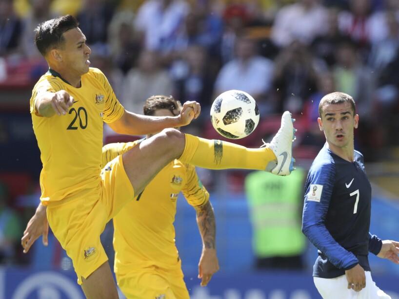 Antoine Griezmann observa cómo Trent Sainsbury evita que reciba la pelota