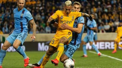 Eduardo Vargas ya se le escapaba a James Sands por lo que el jugador del NYCFC debe bajar al chileno.