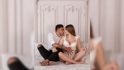 A la espera de su bebé, el futbolista del Rebaño Sagrado muestra la unión latente entre su esposa y él.