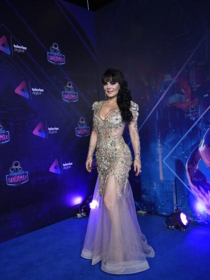 Maribel Guardia lució un vestido del diseñador Mitzi.