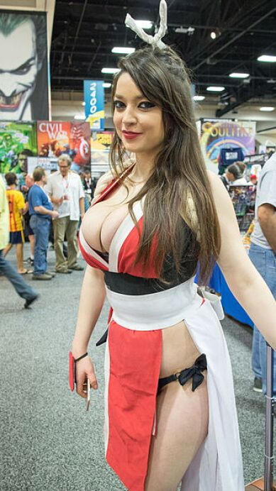 400px-Cosplayer_of_Mai_Shiranui_at_SDCC_20150710.jpg