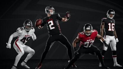Atlanta Falcons¡Los Falcons presentan su nueva indumentaria! Con una gran variación en sus uniformes donde se eliminaron líneas en los hombros ahora predominan las tonalidades a un solo color. Así se prepara el equipo de Matt Ryan en la búsqueda de instalarse en otro Super Bowl.