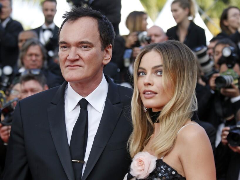 """Margot Robbie da vida a Sharon Tate, actriz quien fue asesinada por """"La Familia"""" de Charles Manson en 1969; el personaje de este asesino juega un papel importante en la trama de Once Upon A Time In Hollywood (2019)."""