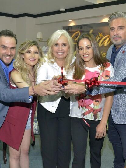 Carla Estrada, Nicole Vale, Adriana Nieto, Alberto Casanova y Harry Geithner inauguraron el set y convivieron con los asistentes a la presentación de Silvia Pinal frente a ti.