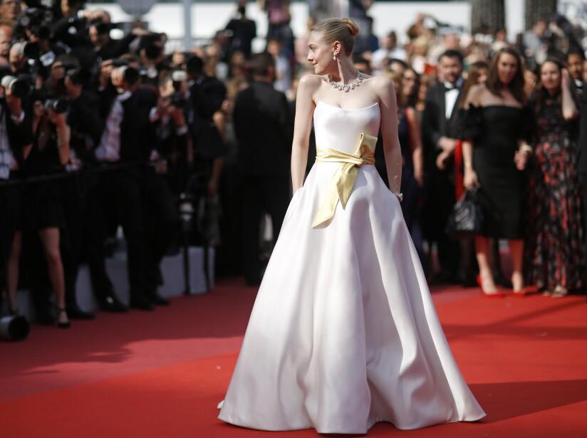 Dakota Fanning es otra de las protagonistas, y para la ocasión lució un romántico vestido con un moño amarillo.