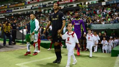 El crack de LAFC no pesó en el Nou Camp y cayeron por dos goles ante los esmeraldas. | Carlos Vela no fue bien recibido por la afición del bajío.
