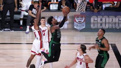 Miami toma ventaja de dos al vencer 106-101 a los Boston Celtics.