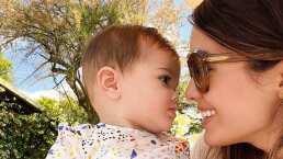 Bebé de Sharon Fonseca hace a un lado sus juguetes: prefiere los lentes de sol de su mamá