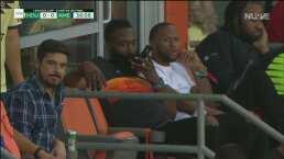 James Harden está en un palco apoyando al Houston Dynamo