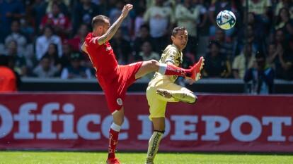 Federico Mancuello y Paul Aguilar en la disputa del balón.