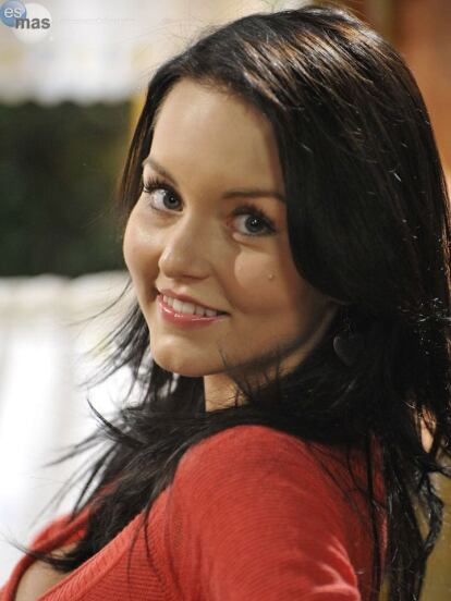 Angelique Boyer comenzó su carrera en la telenovela 'Corazones al límite' en 2004, en el papel de 'Anette'. Sin embargo, sería hasta su papel de 'Sandy' en 'Alma de Hierro' en 2008, donde cambiaría de look por primera vez, al teñir de negro su melena rubia natural.