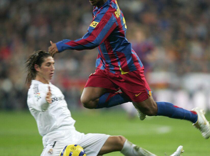 Barcelona's Brazilian Ronaldinho (R) jum