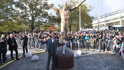 La estatua de Zlatan Ibrahimovic fue develada este martes en Malmo, Suecia, ciudad natal del astro.