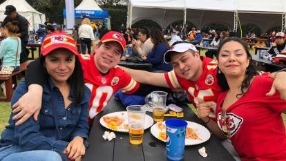 Ambiente totalmente familiar en la Fan Zone de la NFL en México. Los aficionados disfrutan de una Sala Lounge VIP con pantalla gigante y diversas actividades como: gol de campo, velocidad y puntería.