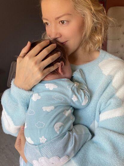 Fernanda Castillo vive una de las mejores etapas de su vida: la maternidad. Y es que fue el pasado 19 de diciembre que la actriz dio a luz a su hijo Liam, a quien no ha dejado de presumir en redes sociales, donde ahora causó revuelo al compartir la foto más tierna del bebé.