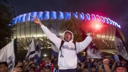 La afición de Rayados muestra confianza en su equipo y llega al Estadio con banderas, cánticos y bengalas.