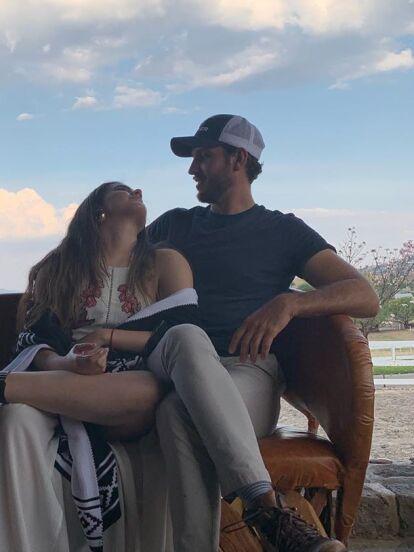 Camila Fernández, hija de Alejandro Fernández, unió su vida en matrimonio a la de Francisco Barba el pasado 1 de agosto, día en el que la pareja cumplió nueve meses de noviazgo. En redes sociales se cuestiona quién es el hombre que conquistó el corazón de la intérprete y nosotros te contamos los detalles.