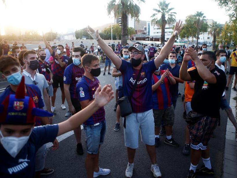 Aficionados del BArcelona afuera del Camp Nou (EFE) (4).jpg