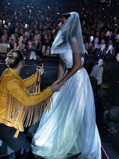 El coach de La Voz… México, Maluma encendió el escenario de Buenos aires, Argentina, con sus grandes éxitos y además simuló  pedir matrimonio a una fan, que asistió con vestido de novia.