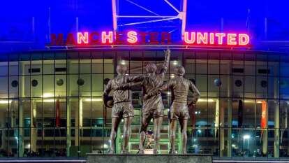 Old Trafford iluminó de azul su estructura e incluso jugó con la ilumniación de las letras para formar la frase 'NHS United' (Sistema Nacional de Salud unido).
