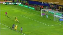 Balbina Treviño le ataja penalti a Liliana Mercado